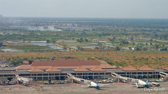 Ada dua pesawat Garuda Indonesia yang sedang parkir di appron bandara :D