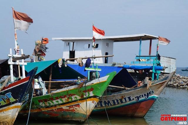 Sepertinya perahu - perahu ini digunakan untuk mencari ikan ya? Lihat semuanya berbendera Indonesia.