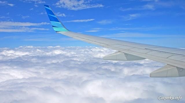 Mulai menurunkan ketinggian jelajah, dan akan menembus gumpalan awan putih.