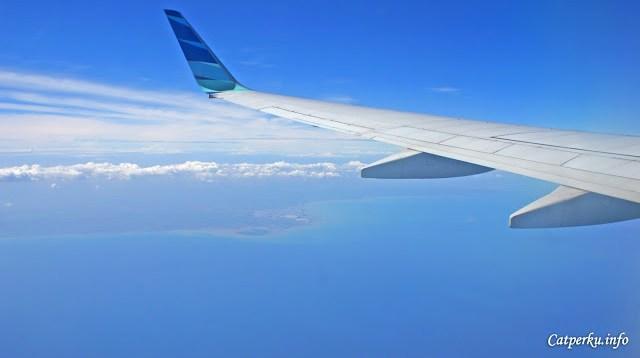 Saya beruntung sekali, sepanjang perjalanan bisa melihat laut dan langit biru :)