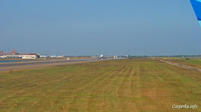 Kalau ini sudah siap - siap mau take off, tinggal nunggu dua pesawat di depan deh.