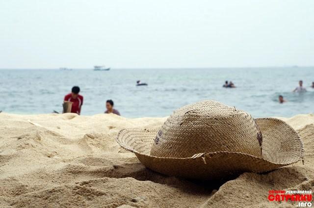 Di Pulau Untung Jawa terdapat pantai dengan pasir yang putih, lumayan lah untuk mengobati rasa kangen sama pantai - pantai di Bali.