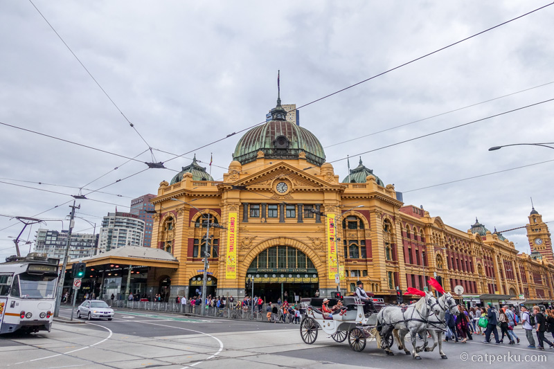 Flinders Railway Station, tempat yang selalu ramai dipenuhi manusia.