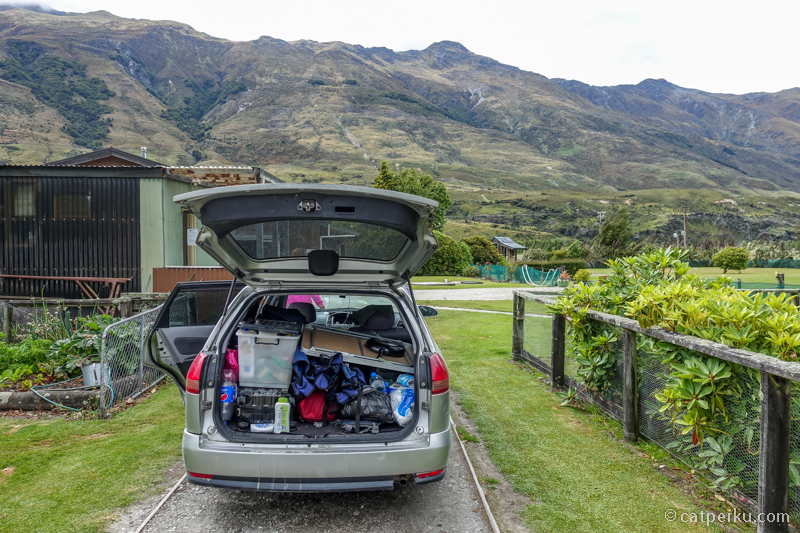 Paling enak sewa mobil pas liburan ke New Zealand, lalu camping sepanjang perjalanan!! Lihat saja bagasi kami :D