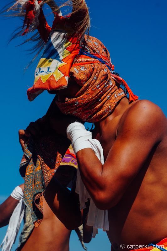 Kain sarung, kain destar yang dililit di sekeliling wajah untul melindungi wajah dan mata dari cambukan