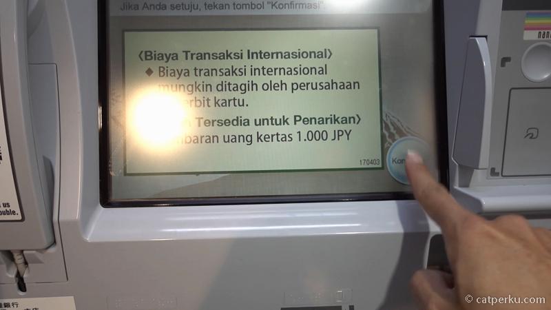5. Setelah itu akan muncul peringatan kalau transaksi pengambilan di ATM ini akan dikenakan biaya. Tekan saja konfirmasi