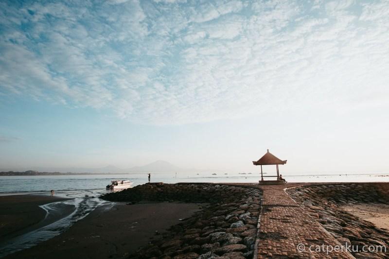 Berburu wisata Bali Selatan berupa pantai, melihat sunrise di Pantai Sanur.