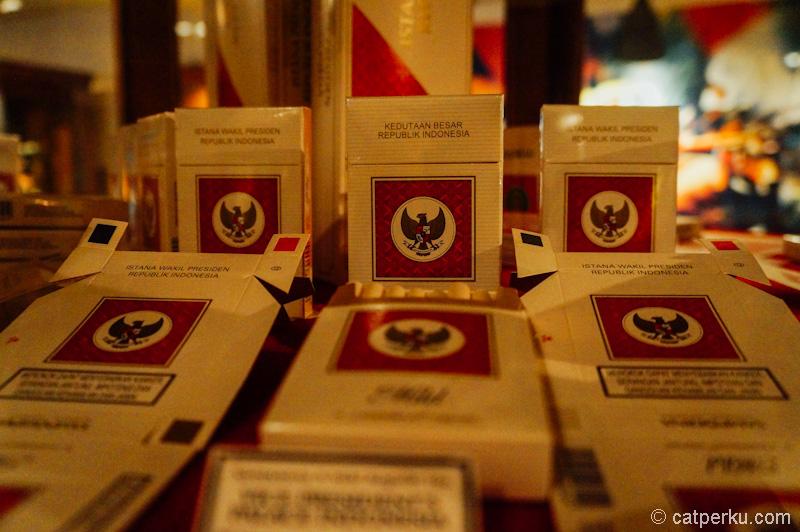 Ada juga bungkus rokok untuk kedutaan besar