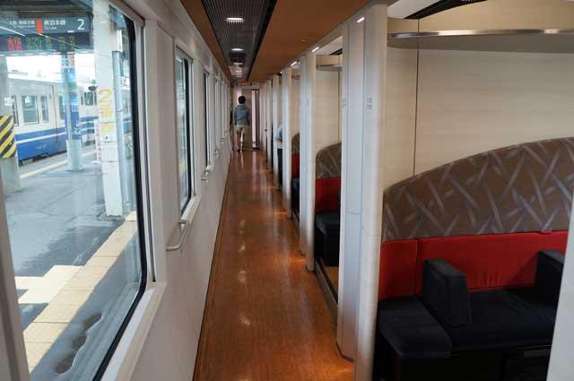 Ada juga gerbong yang isinya bukan kursi dengan formasi dua - dua. Ada kompartmen khusus yang lebih luas dan nyaman :D