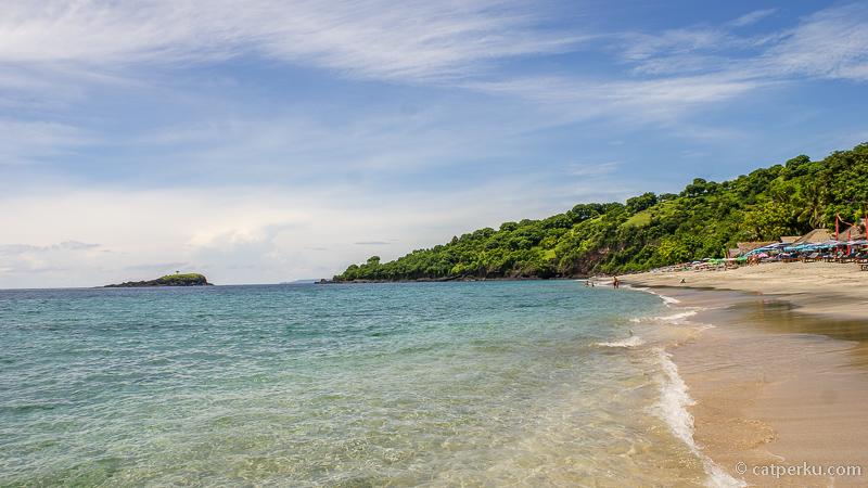 Air lautnya super jernih, pasirnya putih, nggak salah namanya Virgin Beach. Pantainya juga seperti namanya, White Sand Beach Bali dengan pantai pasir putih memukau.