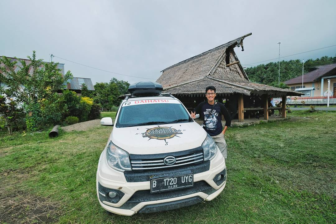 Akhirnya saya bisa menjelajah Maluku juga! Dibelakang saya adalah rumah adat Sasadu.