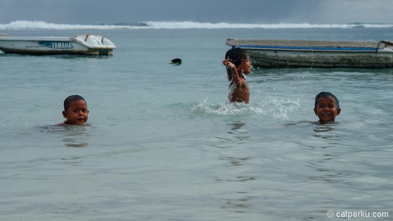 Anak-anak pantai yang sedang berenang dengan bahagia