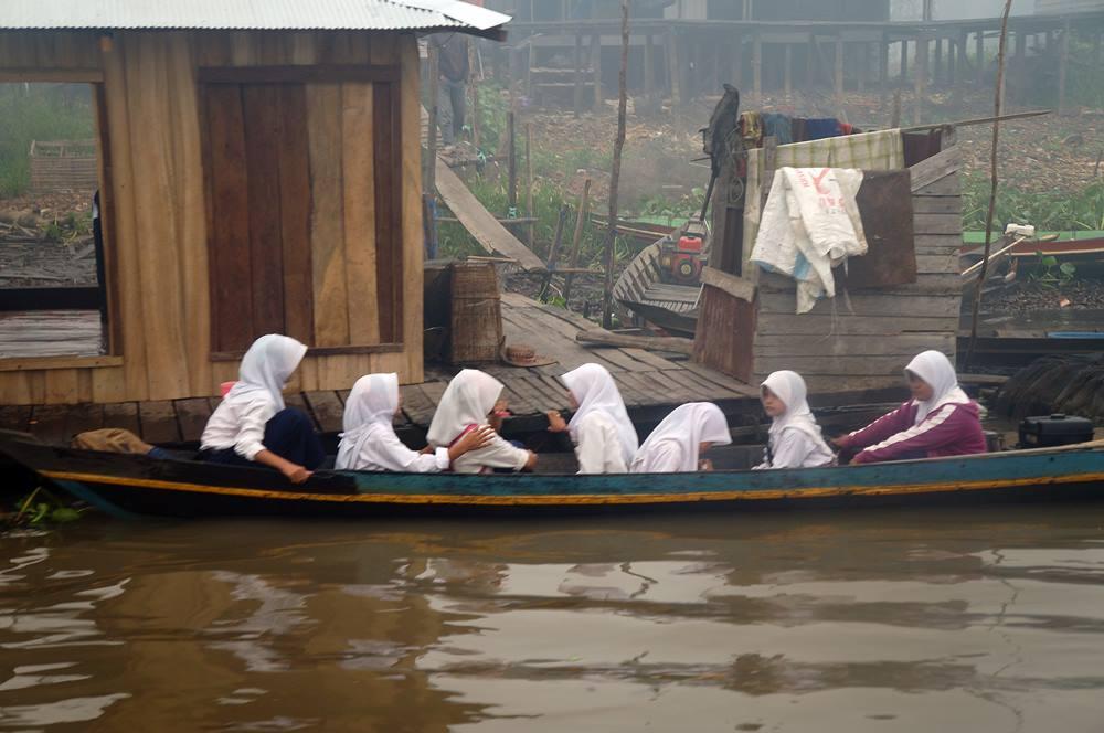 Anak sekolah sedang berangkat dengan perahu