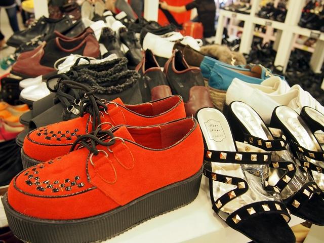 Aneka ragam sepatu modis yang dijual di KWC shooping mall.