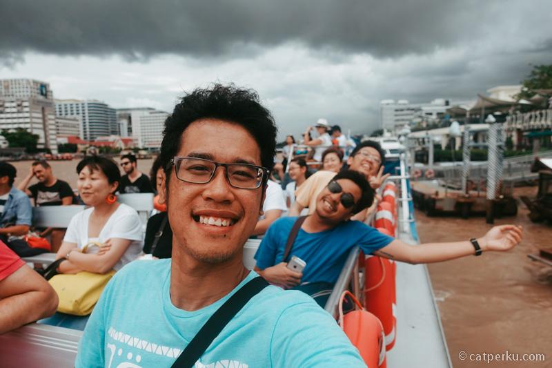 Atraksi wisata di Bangkok favorit saya, naik kapal di sungai Chao Phraya.