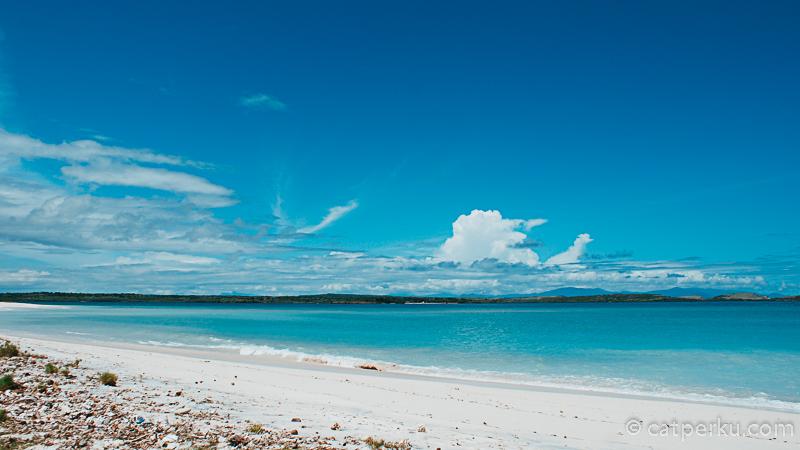 Awalnya saya mencari jalan menuju Tanjung Ringgit dan Pantai Tangsi. Namun ternyata saya salah arah, eh malah nemu pantai secakep ini!
