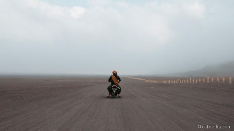 Bagian favorit saya kalau touring ke Bromo itu waktu berkendara di padang pasir atau lautan pasir Bromo!