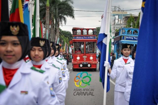 Bandros kebanggaan bandung ikut meramaikan Parade Asian African Carnival.