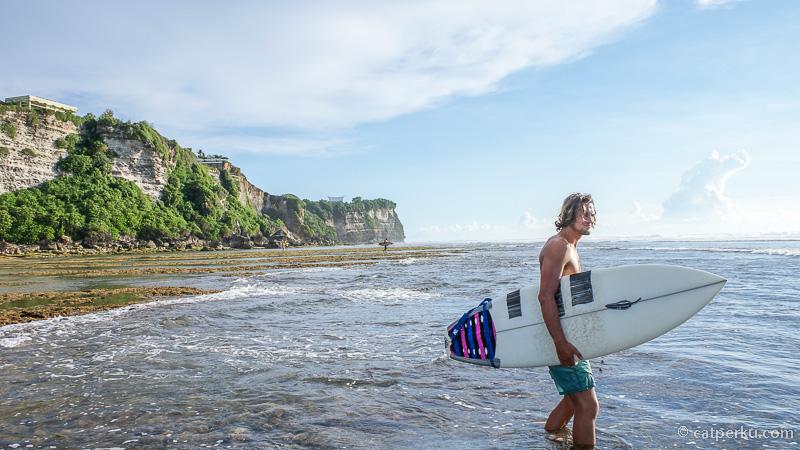 Banyak surfer yang main kesini hanya karena ingin merasakan ombaknya yang menantang