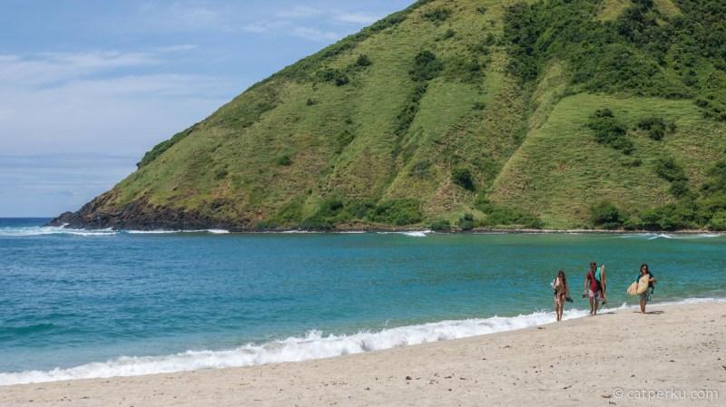 Baru tahu kalau di Pantai Mawun Beach bisa dipakai surfing, tapi dimana ya posisi tepatnya?