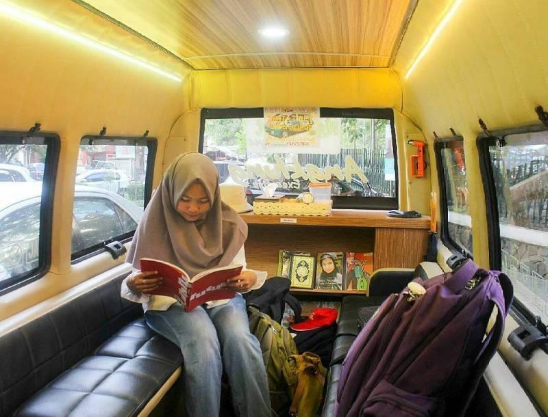 Beberapa angkot kota bandung memiliki interior yang unik seperti ini. via @infobandung_