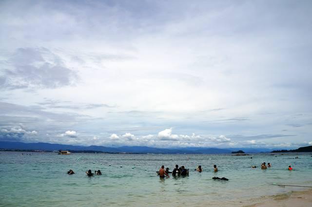 Beberapa turis akan melakukan scuba diving.