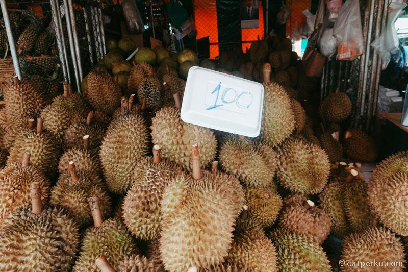 Beli durian di pasar tradisional lebih murah.