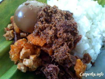 Gudeg Yogyakarta rasanya sedikit manis, dengan warna kecoklatannya yang khas