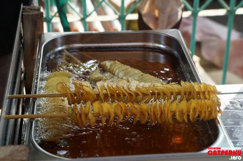 Saya enggak menyangka menemukan kuliner unik di Pulau Untung Jawa. Cuma kentang goreng biasa sih, tapi cara memasaknya unik!
