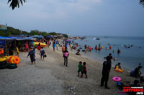 Pantai yang ada di dekat dermaga utama pulau ramainya seperti ini kalau sedang hari libur :D Seru kan?