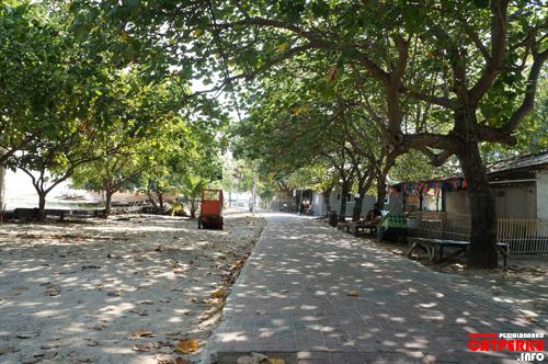Jalanan asri dan teduh seperti inilah yang paling saya suka dari Pulau Untung Jawa. Di Jakarta, mana bisa?