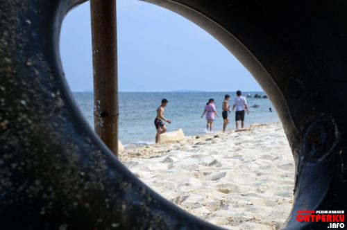 Pantai pasir putih yang ada dibelakang pulau lumayan lega untuk bermain air ataupun leyeh - leyeh di pasirnya.