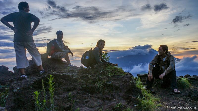 Beristirahat sejenak sebelum mendekati Puncak Gunung Batur