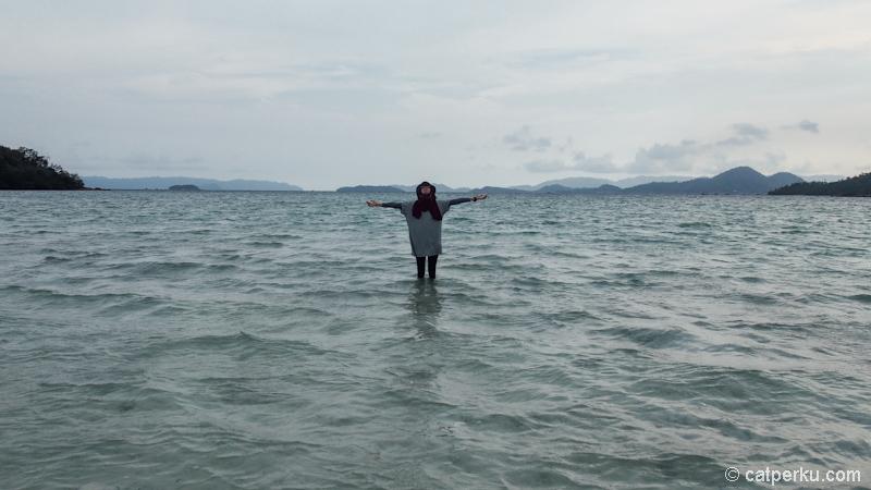 Berjalan diatas air~ Eh bukan! Ini sebenarnya Gusung Pasir didekat Pahawang Kecil yang sudah terendam pasang air laut