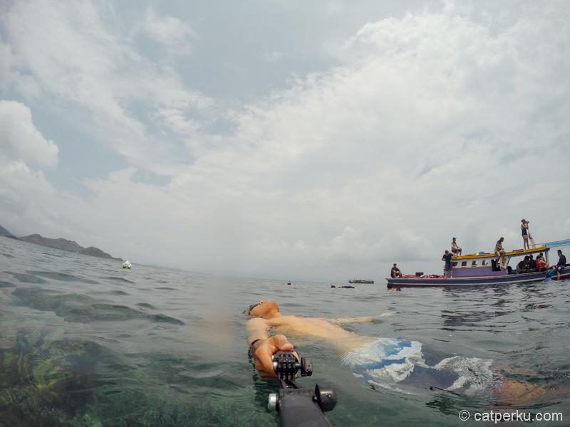 Bersantai sambil mengapung ria setelah snorkeling