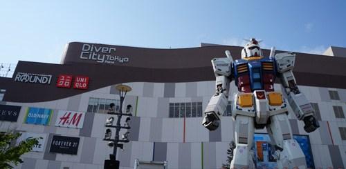 Robot raksasa Gundam ini ada di depan Divercity mall, Odaiba