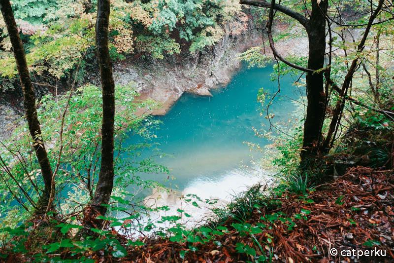 Biarpun air sungai berwarna biru kehijauan seperti ini, tapi tetap bening.