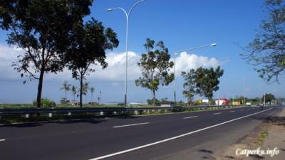 Jalan yang berada di tepi laut, Seperti inilah kira - kira pemandangan ketika ber Bikepacking di sisi terluar Bali