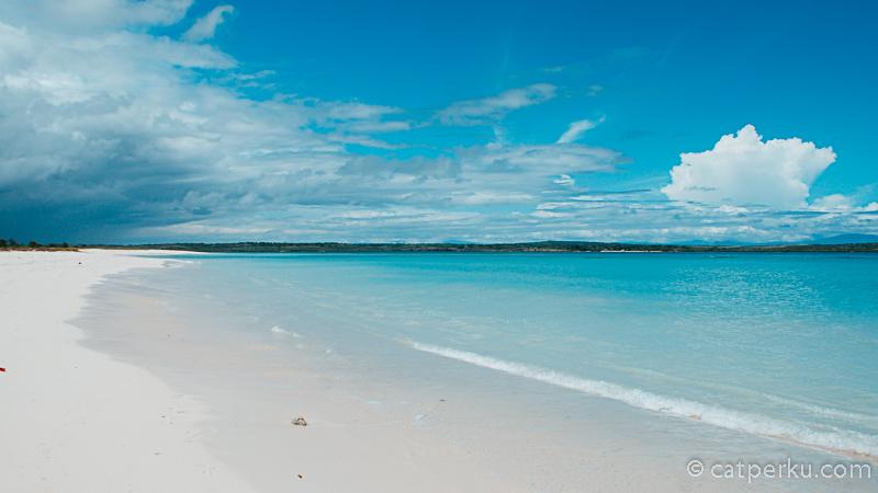 Bisa tahan untuk tidak bermain air di laut Pantai Cemara sebiru ini?