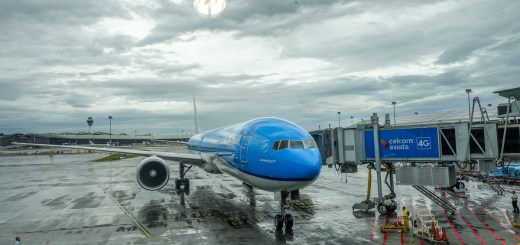 Boeing 777-300 KLM Royal Dutch Airlines terparkir manis di KLIA