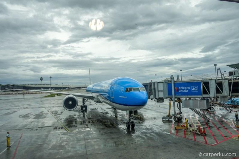 Pengalaman pertama terbang dengan KLM, saya dapat pesawat ini. Boeing 777-300 KLM Royal Dutch Airlines terparkir manis di KLIA