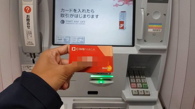 Catat semua pengeluaran, pegan erat-erat kartu debit dan kartu kredit~