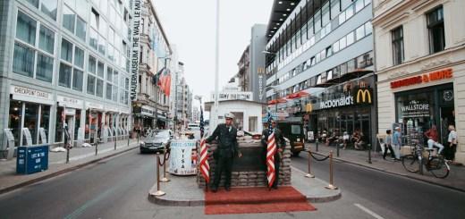 Checkpoint Charlie. Bekas perbatasan Jerman Barat dan Jerman Timur bagian Amerika. Saksi bisu kalau dulu Jerman pernah terbagi menjadi dua