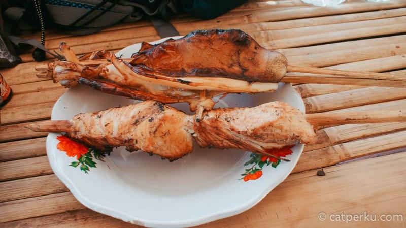 Cumi dan ikan tengiri bakar seperti ini bisa didapatkan dengan harga Rp 25.000 di Pantai Selong Belanak Beach. Paling enak di makan dengan sambal dan kecap, plus kelapa muda sebagai minumannya.