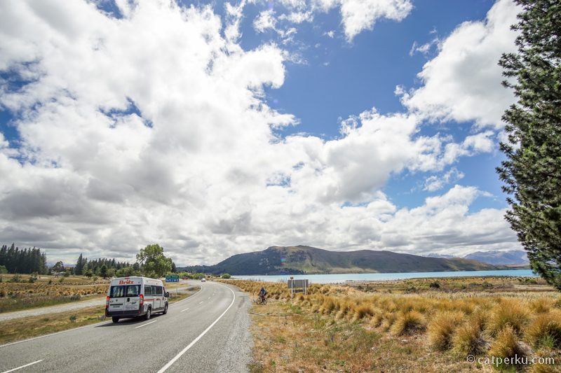 Dari arah Christchurch, Danau Tekapo akan terlihat pertama kali