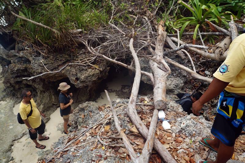 Dari pantai harus trekking ringan sekitar 10 menit untuk menuju Gua Haji Mangku