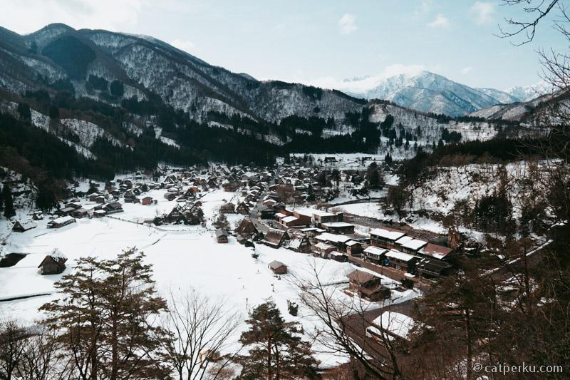 Desa ini berada di sebuah lembah yang penuh salju.