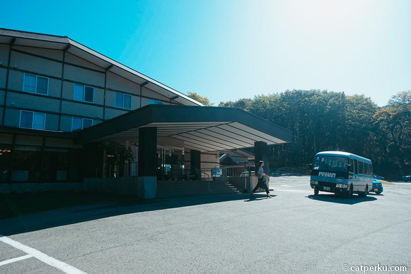 Di Nyuto Onsen ini terdapat beberapa penginapan atau ryokan ala Jepang dengan fasilitas Onsen.