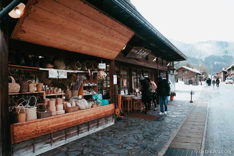 Disini ada beberapa toko souvenir untuk berbelanja.