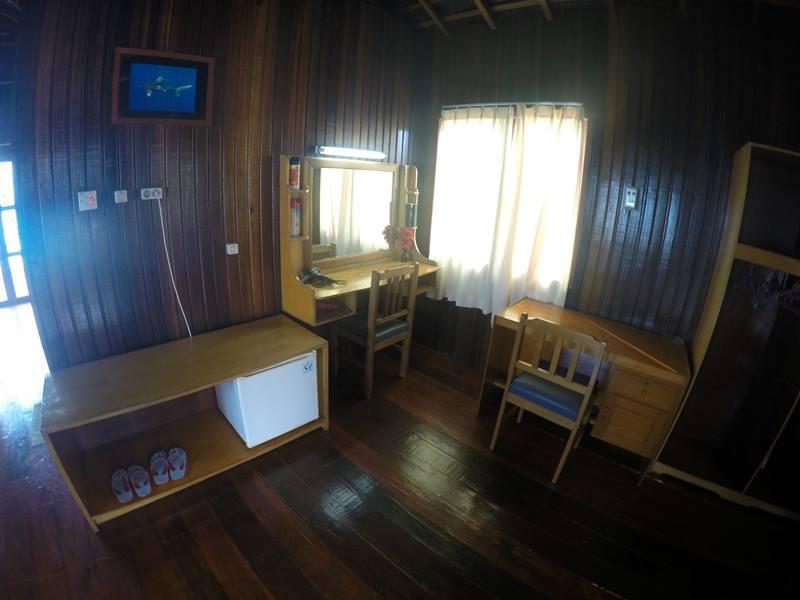 Water Villa Di Maratua Resort - Meja kerja dan lemari.